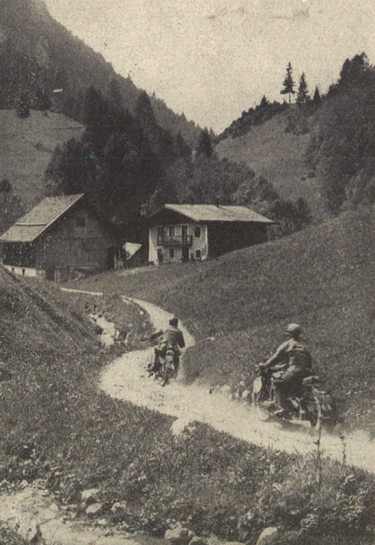 Photo – This was the daily routine for the six days riders, very loose gravel and narrow roads, Additonally this seesaw, one bend after the other. Second man on this picture is the Swede Larsson on BMW R 51. In front Kurt Zimmermann, SS-Untersturmführer [comparable to 2. Lieutenant], on Zündapp KS 500. ISDT 1939 (das Motorrad)
