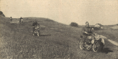 Photo – Here #34 Harold Taylor BSA [EZY 928?] still had been happy and was full of hope, his machine was o.k., and he, as a careful rider and great expert, had nothing to fear from his side. Second man behind him is the Italian #43 Ranieri on a 500cc Sertum, behind him Feldwebel [Sergeant] Grimm from the Kraftfahrtschule der Luftwaffe [Air Force motoring school], a man who took part at such a big event for the first time, and he made it quite good. On the first day, he had been outwitted by so many tyre punctures, that he did earn 35 points, all the other days he remained without points. ISDT 1939 (das Motorrad)