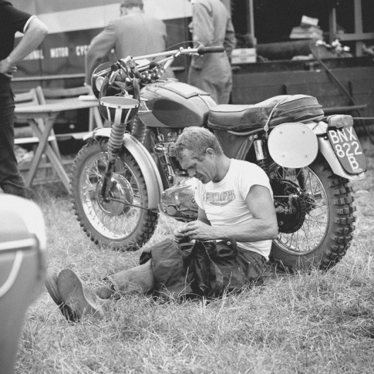 photo - #278 Steve McQueen Triumph 333 [BNX822B] rests before start of event ISDT 1964 (Photo. Dieter Demme)