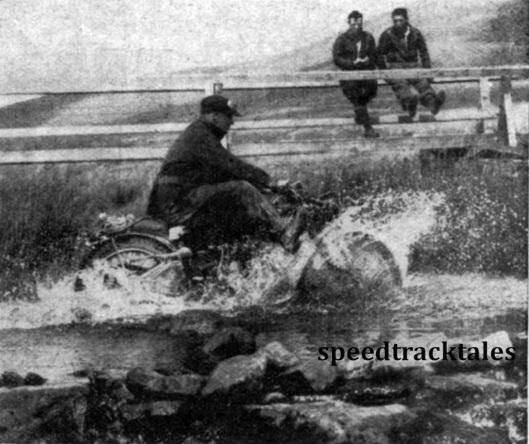 Photo - Ein Teilnehmer der Sechstagefahrt bei einer Wasserdurchfahrt. Das Wasser Spritzt offensichtlich ganz shön, und wenn Vergaser und Zündanlage nicht gut gesichert gewesen wären, wäre die Fahrt für den Fahrer an dieser Stelle zu Ende gewesen. ISDT 1937 (Speedtracktales Collection)