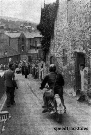 Photo - Einer der deutschen Zündapp-Fahrer bei der Fahrt durch die engen Straßen von Llangollen ISDT 1937 (Speedtracktales Collection)