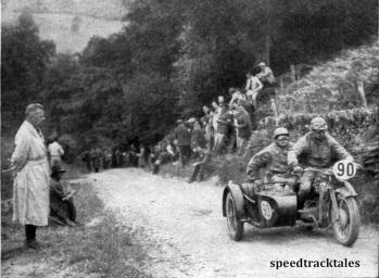 Photo - Korpsführer Hühnlein als Zuschauer auf der Strecke. Das 600er Zündapp- Gespann, was auf diesem Bild zu sehen ist, wurde von Behrens von der Versuchsabteilung Wünsdorf gefahren ISDT 1937 (Speedtracktales Collection)