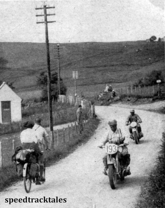 Photo - Immer wieder gab es außerordentlich schmale Strasen bei der Sechstagefahrt .Daas Bild zeigt Stelzer von unserer Nationalmannschaft auf BMW und hinter ihm den Engländer Heath auf Ariel aus der Vasen 'A' Mannschaft ISDT 1937 (Speedtracktales Collection)
