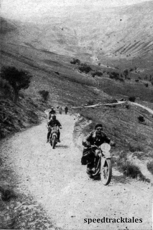 Photo - Die Fahrer auf den steinigen und schmalen Wegen der Berge von Wales. Der Fahrer ganz vorn (Nr. 47) ist der Tscheche Stanislav auf Jawa und Nr 46 der deutsche DKW-fahrer Scherzer ISDT 1937 (Speedtracktales Collection)