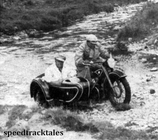 Photo - Korpsführer Hühnlein wollte ganz genau wissen, was von seinen Jungens verlangt wurde. Daher setzte er sich in einen Seilenwagen, wie aus dem Bild ersichtlich ist, und fuhr einen Teil der Strecke ab. ISDT 1937 (Speedtracktales Collection)