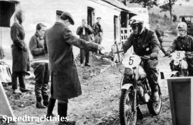 Photo - Daneben werden gerade Sengfelder und Volker Kramer mit ihren 50er Zündapp-Maschinen zur Bergprüfung des zweiten Tages gestartet (neue Startmethode - ohne Sekunden-Zähler!) ISDT 1961 (Speedtracktales Archive)