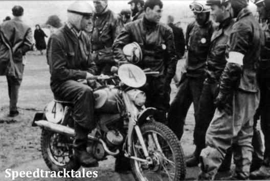 Photo - Einige Mitgliender der sowjetischen Equipe, sich mit Wehmeier (Gritzner-Kayser) zu verständigen. ISDT 1961 (Speedtracktales Archive)