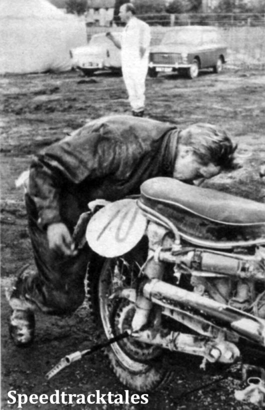 Photo - Heinz liendel, der wieder so zuverlässig war wie seine Puch, nach dem Reifenwechsel am vierten Tag sein Hinterrad wieder ein. ISDT 1961 (Speedtracktales Archive)