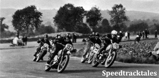 Photo - Eine Gruppe englischer Fahrer beim Schlußrennen - Mary Driver #211 ist auch hier noch mittenmang! ISDT 1961 (Speedtracktales Archive)
