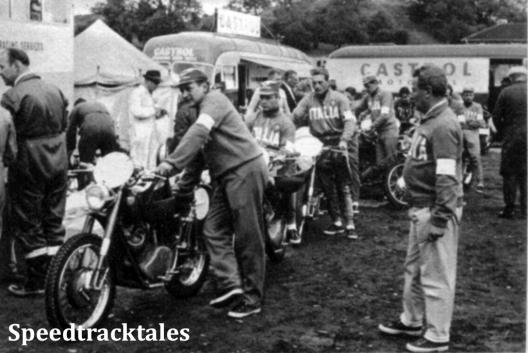 Photo - Geschlossen kamen die Italiener zur Abnahme (vorn ihr Team-Manager Secchi); am Sonntag gab's hier allerdings dann ein mächtiges Gedränge und lange Wartezeiten, weil man sich ein bißchen verdisponiert hatte. ISDT 1961 (Speedtracktales Archive)