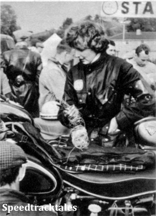"""Photo - Dieses britische Marschall - Mädchen war nicht nur nett anzusehen - es war auch im wahrsten Sinne des Wortes """"auf Draht"""" (mit dem sie nämlich bei der Plombierung heftig tätig war) ISDT 1961 (Speedtracktales Archive)"""
