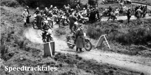 Photo - So (und später noch toller) stauten sich die Fahrer am Start zur Bergprüfung des dritten Tages; der Starter äugt gerade zur Bergeshöh', ob man ihm von dort oben durch Fahnenschwenken Zeichen zum Ablassen des nächsten Konkurrenten ISDT 1961 (Speedtracktales Archive)