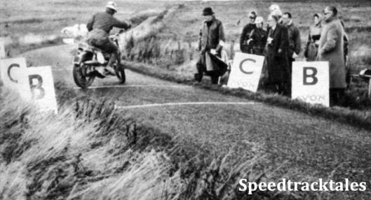 Photo - Oben Beschleunigungs- und Bremsprüfungen gab es an mehreren Tagen; sie waren hinsichtlich des Bodenbelags nicht immer günstig - ein Bremstest auf losem Schotter ist wenig sinnvoll. ISDT 1961 (Speedtracktales Archive)