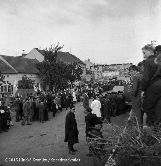Photo - Crowds of spectators gather at Hluk Time Check  ISDT 1953 (©Hluké Kroniky)