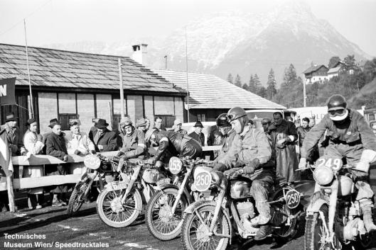 photo - #249 Geoffrey Barker BSA 498 [MVR 819] #250 Fred Bracher Jawa 350 Swiss #253 SE Cunningham AJS 498cc #248 Wolfgang Denzel BMW 600cc Austria #254 FJ Vos Matchless 500 Holland at the start ISDT 1952 (© Technisches Museum Wien - Erwin Jelinek)